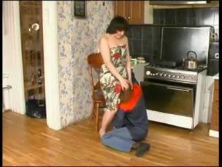 Vene emme ja a noor plumber