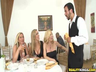 ثلاثة جبهة مورو blondes لعب مع كبير كوك