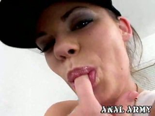 Shapely ทหาร หี gia paloma ใช้นิ้ว เธอ sleaze สีน้ำตาล hole onto a โซฟา