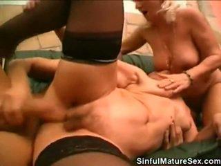 Vecie skaistule having sekss the stud onto the divāns