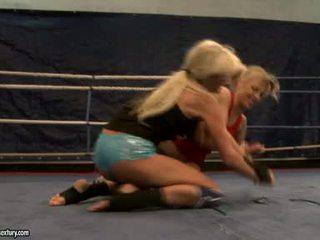 Laura cristallo e michelle soaked cat lotta in ring