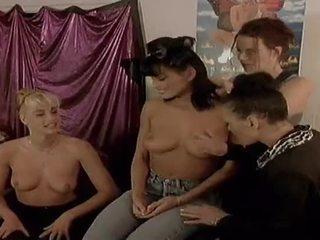 Two vilain lesbienne modèles manger chaque autre dehors sur camera