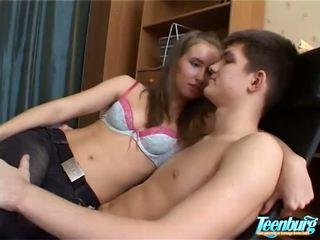 Lustful 男 kisses 女の子