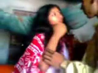 Indiškas newly vedę guy trying zabardasti į žmona labai drovus