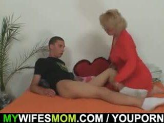 Mother-in-law fucks لها ابن في القانون