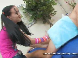 सेक्सी युवा masseuse amai liu gives एक मेच्यूर कॉक एक हेप्पी ending