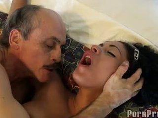 Janine valentine gefickt von ein rallig alt guy auf soft sofa
