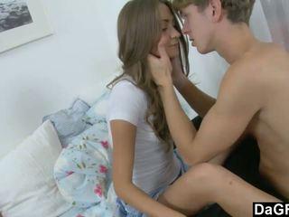 Unge beauty gets henne første facial noensinne