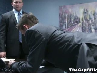 Gaysex رئيس spanks و fucks tw-nk assistant
