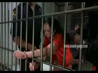 Gagged 褐髮女郎 inmate gets 她的 屁股 aggressively 性交 由 一 bunch 的 角質 officers