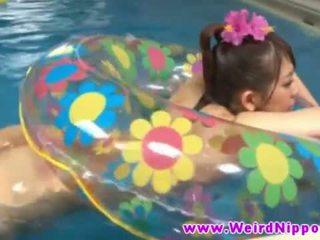 Karštas jjapanese mažutė pakliuvom į plaukimas baseinas