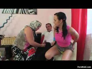 Mamalhuda vovó e quente jovem grávida partilhar um pila