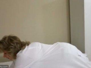 Oldnanny セクシー ママ とともに ten masturbate 上の ベッド