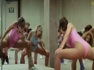 Sexy vajzat doing aerobics exercises në një jashtë norme mënyrë