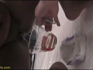 Barbie drinks piss a partir de dela fralda