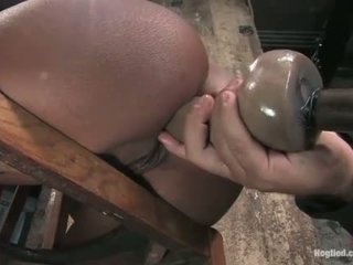 Monique tied upang a upuan at gets puwit fucked may dildo