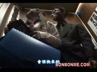 Warga jepun gadis sekolah gives bertuah guy yang menghisap zakar dalam elevator 01