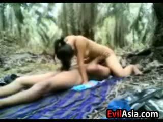 Pusaudze aziāti pāris jāšanās uz the mežs