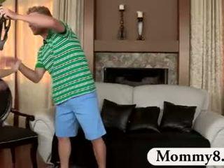 Milf stiefmoeder catches tieners neuken op haar zitbank