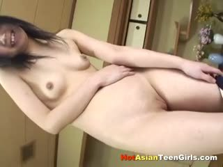 Tenger aziatisch schoolmeisje vingeren