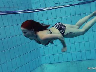 Redheaded katrin ay stripping sa ilalim ng tubig, pornograpya 66