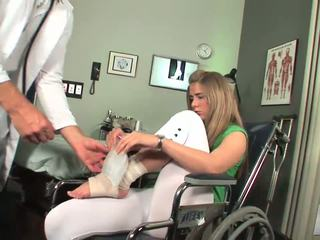 Disabled nana commence à sentir toe suçage