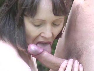 Mini etek bigtit anne takes genç floppi göğüsler üzerinde öpüşme: kaza porn d2
