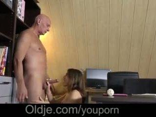 Evelina asks haar oud trainer naar alsjeblieft haar geil poesje