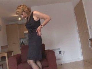 Pieauguša blondīne skaistule uz zeķe un atvērts josta