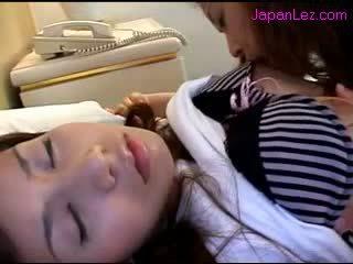 Asiática gaja getting dela mamilos sucked cona rubbed enquanto 3 rd gaja a dormir em o cama