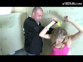 E ndyrë bjonde vajzë getting e prangosur pidh rubbed me baton giving marrjenëgojë për the siguri guard në the publike toilette