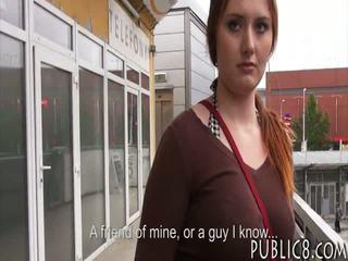 거대한 가슴 체코의 소녀 엿 에 버스 중지 용 약 돈