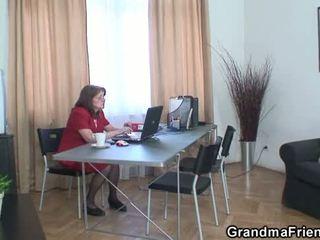 Bunicuta și boys adolescenta in trei în the birou