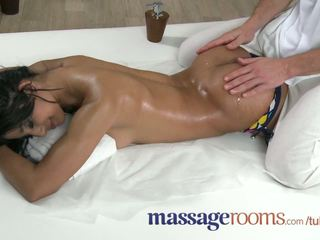 Masaje rooms pequeñita oscuro skinned beauty has multiple orgasms antes facial