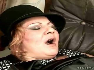 Γιαγιά gets πατήσαμε επί ο καναπές
