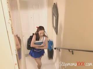 Stepdaughter catches bf με μητριά τσιμπουκώνοντας καβλί