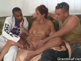 Inter rasial in trei orgie cu bunicuta