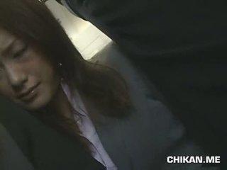 Businessgirl tápal podle stranger v a crowded vlak
