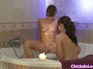 Amatir sappho pacar perempuan eating alat kemaluan wanita di tub: gratis porno 01