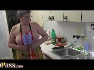 Granny masturbate karvane tussu kasutamine dildo ja cucumb