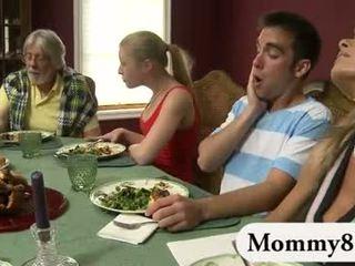 Μικροσκοπικός/ή έφηβος/η σε ένα τρίο με μητριά