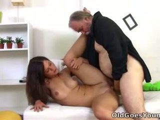 Alyona 이다 a 섹시한 젊은 여성 과 그녀 이다 sitting 에 그만큼 lap 의 그녀의 이전 섹시한 사람