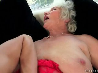 Birichina tettona nonna enjoys caldi sesso