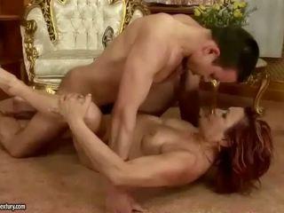 נער fucks שובבי redheaded סבתא