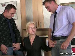 Granma sucks và fucks two cocks tại công việc phỏng vấn