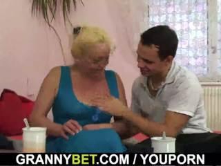Rambut pirang tua dewasa gets dia berbulu alat kemaluan wanita slammed