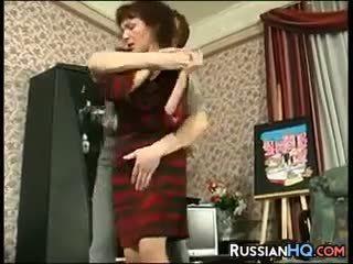 成熟 俄 性交 由 一 年輕 guy