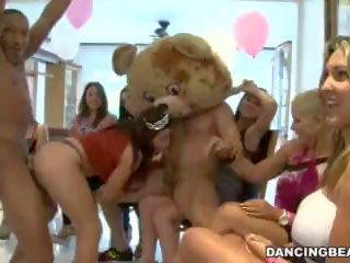 Rapariga vestida gajo nu birthday festa com male strippers em a dançar peludo (db9747)