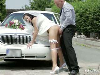 Ici cums la jeune mariée