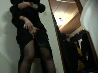 เมีย ที่ เขา pants และ ข้าม a sliding ประตู